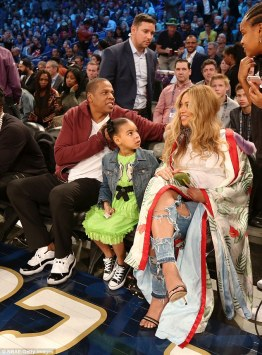3d6f34cf00000578-4240868-family_first_beyonce_was_pictured_sitting_courtside_at_the_2017_-m-50_1487557878130