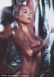 46C0D15100000578-5129417-She_s_a_shining_star_Kim_Kardashian_had_glitter_all_over_her_nud-m-33_1511972313224