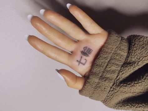 0130-ariana-grnade-tattoo-1